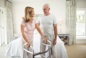 Älteres Ehepaar im Schlafzimmer