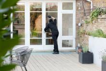 Einbrecher an der Terrassentür