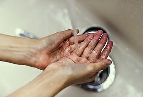 Hände waschen mit kaltem Wasser spart Heizkosten.