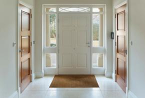 Hauseingang mit barrierefreier Tür
