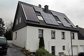 Haus mit Solarthermie und Photovoltaik auf dem Dach